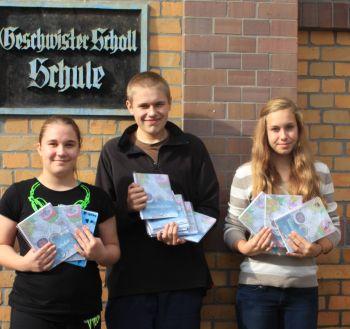 Lilly, Max und Charlice mit den neuen Schulplanern. der Geschwister-Scholl-Schule.